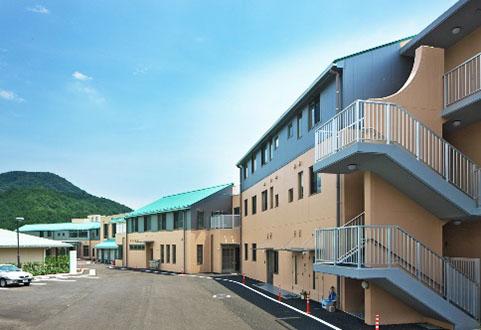 既存建物への日照環境を配慮したこう配屋根